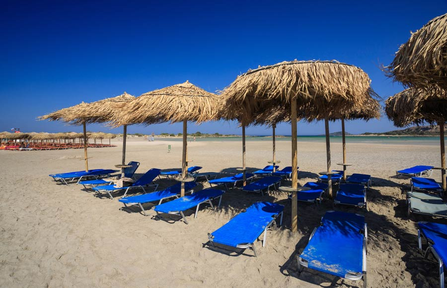 Ligbedden en parasols op Elafonssi beach