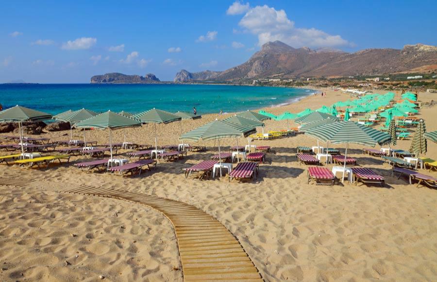 Parasols en ligbedden op het strand Falasarna
