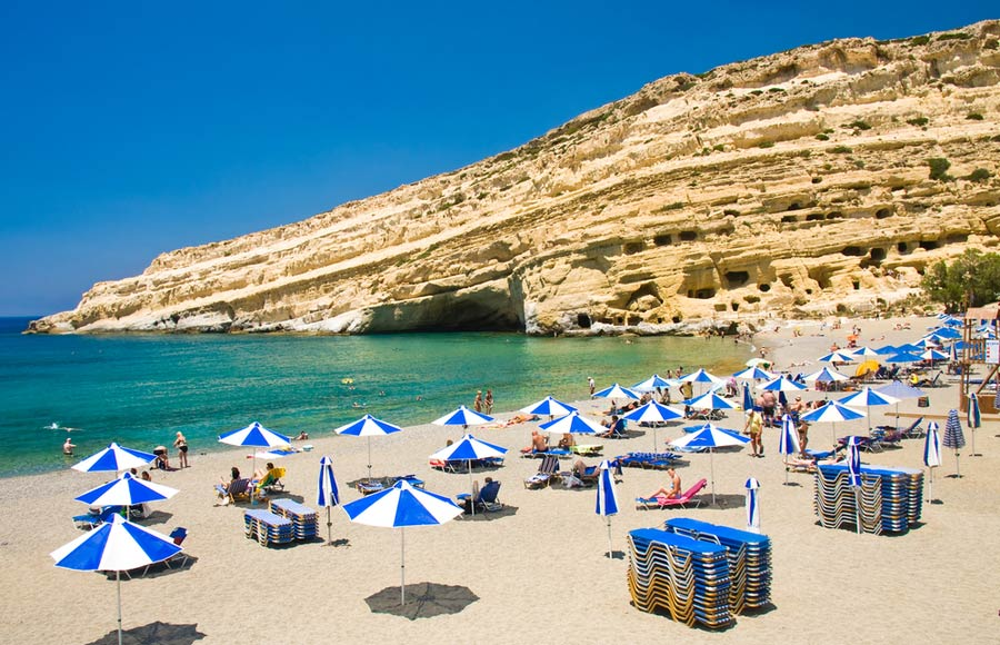 Het strand Matala beach met de grotten