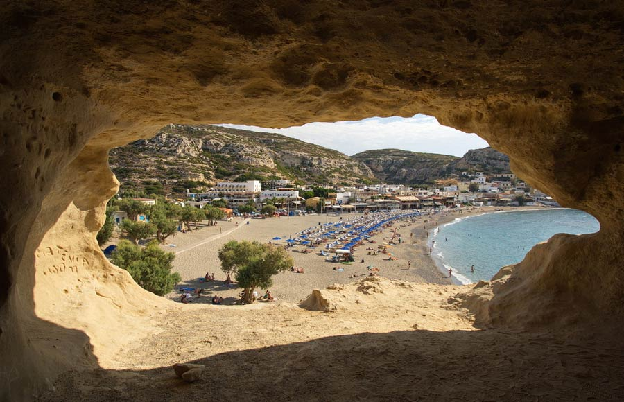 Zicht vanuit de grotten op Matala beach